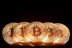 Macro tir de bitcoin d'or sur le fond noir Argent virtuel photo stock