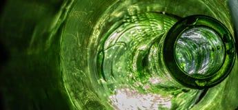 Macro tir de bouteille verte surréaliste images libres de droits