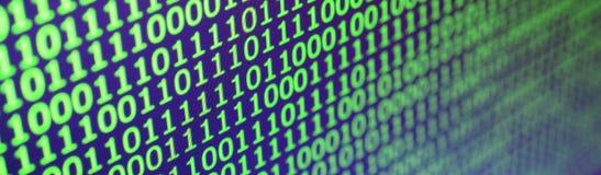 Macro tir de code binaire sur le moniteur d'un ordinateur de bureau Le concept du travail du ` s de programmeur L'écoulement de l Images libres de droits