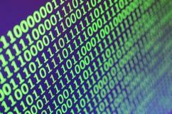 Macro tir de code binaire sur le moniteur d'un ordinateur de bureau Le concept du travail du ` s de programmeur L'écoulement de l Photos libres de droits
