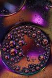 Macro tir de liquide ou d'air le sctructure en verre abstrait de molécule, le macro tir 3d rendent avec la profondeur du champ Photos stock