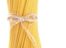 Macro tir de plan rapproché de long cru de spaghetti d'isolement sur le blanc photographie stock