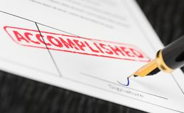 Macro tir de timbre rouge accompli et de stylo-plume sur une forme images stock