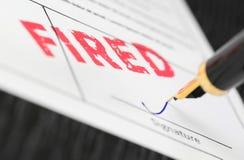 Macro tir de timbre rouge mis le feu et de stylo-plume sur une forme photos stock