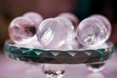 Macro tir des boules de cristal transparentes avec les ornements colorés et des réflexions du soleil dans lui Image libre de droits