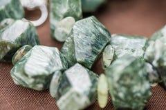 Macro tir des cristaux serpentins en collier Pierres gemmes naturelles et belles Image libre de droits