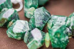 Macro tir des cristaux serpentins en collier Pierres gemmes naturelles et belles Photos libres de droits