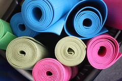 Macro tir des matts colorés divers de yoga Images libres de droits