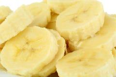 Macro tir des tranches de banane sur le fond blanc Images libres de droits