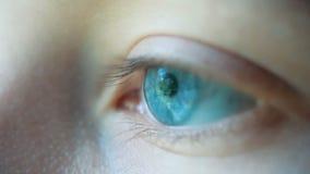 Macro tir en gros plan d'oeil s'ouvrant vert bleu humain femelle banque de vidéos
