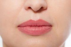 Macro trucco delle labbra Chiuda sulla bocca femminile Labbra piene grassottelle Pori del primo piano e dettagli del fronte Iniez fotografia stock