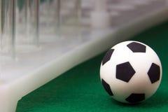 Macro Tubes à essai rayés médicaux et un ballon de football de souvenir sur un fond vert Argent et sports de concept, médecine et Photographie stock