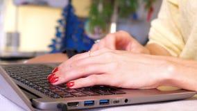 Macro type de mains de fille de mouvement lent sur le clavier d'ordinateur portable banque de vidéos