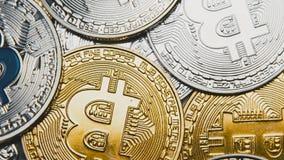 Macro van bitcoins wordt geschoten die op rekeningen van 100 dollars roteren die stock video