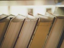 macro van de achterkant van de boekenplank wordt geschoten die stock afbeelding