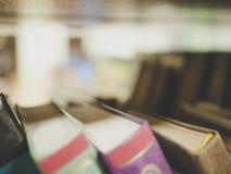 Macro van de boekenplank in de bibliotheek wordt geschoten die royalty-vrije stock foto's