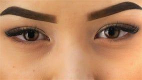 Macro van de ogen van een jong Aziatisch meisje wordt geschoten dat stock videobeelden