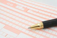 Macro van een pen die op een leeg vormhoogtepunt ligt van lege dozen Royalty-vrije Stock Foto's