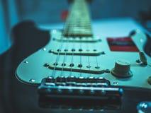 Macro van elektrische gitaarkoorden en volumeknop die wordt geschoten royalty-vrije stock afbeeldingen