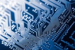 Macro van elektronische PCB van de kringsraad in blauw
