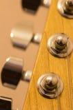 Macro van gitaar stemmende pinnen Stock Afbeeldingen