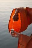 Macro van het gieten van thee Stock Afbeeldingen