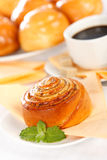 Macro van het ontbijt van het kaneelbroodje Stock Foto's