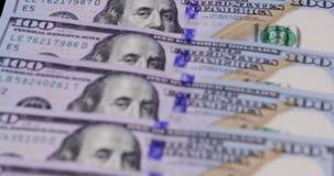 Macro van honderd dollarsbankbiljetten dat wordt geschoten stock video