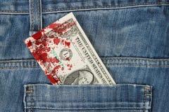 Macro van in jeans met Amerikaanse 1 dollarrekening wordt geschoten, bloed dat Royalty-vrije Stock Foto