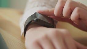 Macro van jonge vrouwens vingers wordt geschoten, die het nieuws op slimme horloges dat controleert stock video