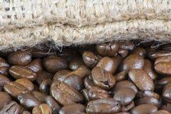 Macro van Koffiebonen en Zak Stock Afbeelding