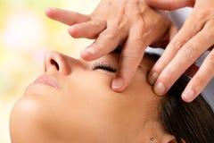 Macro van kosmetische gezichtsmassage die wordt geschoten stock afbeelding