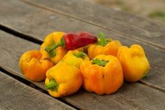 Macro van paprika's op een houten dek wordt geschoten dat Stock Foto