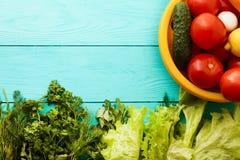 Macro verdure con lo spazio della copia sulla tavola di legno blu Vista superiore e fuoco selettivo immagini stock