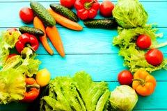 Macro verdure con lo spazio della copia sulla tavola di legno blu Vista superiore e fuoco selettivo fotografia stock libera da diritti