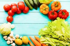 Macro verdure con lo spazio della copia sulla tavola di legno blu Vista superiore e fuoco selettivo fotografie stock libere da diritti