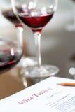 Macro vicina su della scheda di dati all'assaggio di vino Immagini Stock