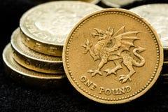 Macro vicina su delle monete di libbra britannica assortite Immagine Stock