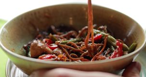 Macro vidéo de manger de la nourriture asiatique traditionnelle banque de vidéos