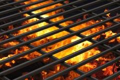 Macro vista da una griglia di cottura pulita con carbone caldo visibile Fotografia Stock Libera da Diritti