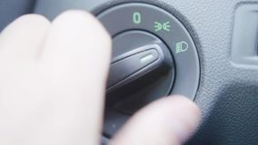 Macro vista dell'autista maschio che fissa la temperatura di stato dell'aria nell'automobile archivi video