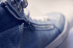 Macro vista delle scarpe da ginnastica sulle scarpe da tennis Fotografia Stock Libera da Diritti