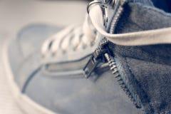 Macro vista delle scarpe da ginnastica sulle scarpe da tennis Immagine Stock