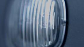 Macro vista di lampeggiamento del faro dell'automobile video d archivio