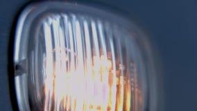 Macro vista di lampeggiamento del faro dell'automobile archivi video