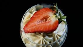 Macro vista sul dessert cremoso della mousse con la fragola affettata video d archivio
