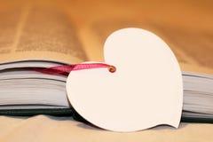 Macro vue des pages de livre Coeur fait de papier Photographie stock libre de droits