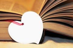 Macro vue des pages de livre Coeur fait de papier Photos stock