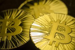 Macro vue des pièces de monnaie brillantes avec le symbole de Bitcoin sur le fond foncé Images libres de droits