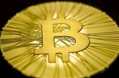 Macro vue des pièces de monnaie brillantes avec le symbole de Bitcoin sur le fond foncé Image libre de droits